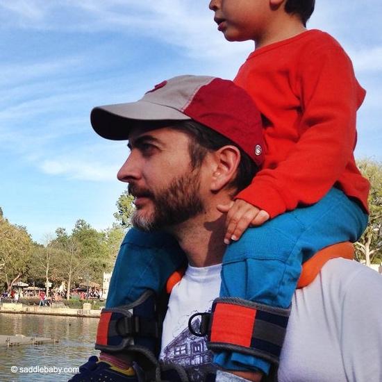 un papa utilise le porte-bébé Saddlebaby